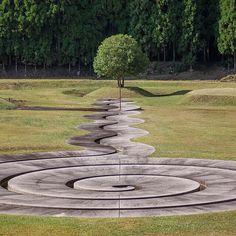 奈良県宇陀市にある野外アート施設、室生山上公園芸術の森。そこは、自然と芸術が融合する山中深くの異空間。木々に囲まれた広大な園内には、イスラエル出身の彫刻家Dani Karavanさんがデザインした多数の大型オブジェが、まるで画廊のように展示されている。シンボルスポットには、「螺旋の水路」や「ピラミッドの島」などがあり、「自然を使って第二の自然をつくる」という構想の基作られた展示物が楽しめる。  室生山上公園芸術の森の写真や動画をもっと観るには、 #室生山上公園芸術の森 のハッシュタグをチェック、そして投稿上部の青いロケーションテキストをタップ。  Photo by @helvetica