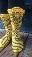 Hullaantuneet puikot! : Keltaista ja mustaa kerrosrivinousua. Slouchy Hat, Boot Cuffs, Knitting Socks, Knit Socks, Leg Warmers, Mittens, Needlework, Slippers, Ankle
