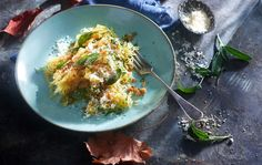 De møre lange gresskartrådene med sin milde smak er et supert alternativ til vanlig pasta. Guacamole, Restaurant, Ethnic Recipes, Food, Alternative, Eten, Restaurants, Meals, Dining Room