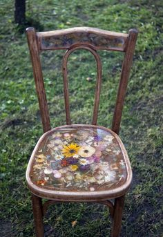 Pimp un old wooden chair with dried flowers and resin!
