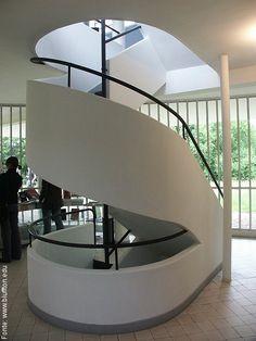 Escadas da Vila Savoye de Le Corbusier.