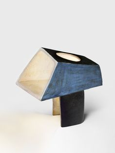 André BORDERIE 1923-1998 — Lampe Cubiste. Céramique émaillée bleu, gris et noir. Pièce unique. 1970, Hauteur : 33 cm, Largeur : 28.5 cm, Profondeur : 33 cm