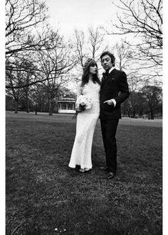 Jane Birkin en robe de mariée le jour de son mariage avec Serge Gainsbourg http://www.vogue.fr/mariage/inspirations/diaporama/robes-de-marie-vintage-vues-sur-pinterest-dior-ysl-balenciaga-pierre-cardin-birkin-bardot/22344#jane-birkin-en-robe-de-marie-le-jour-de-son-mariage-avec-serge-gainsbourg
