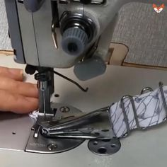 Sewing Master - Quilt Binder Attachment Quick And Trouble-Free Binding! Binding is a beautiful edge finish that works for all types of projects. Use it for finishing baby bibs, quilts, aprons, clothi Sewing Basics, Sewing For Beginners, Sewing Hacks, Sewing Tutorials, Sewing Crafts, Sewing Projects, Sewing Tips, Diy Projects, Techniques Couture
