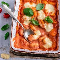 """💕 Schnelle Gnocchi aus dem Ofen mit Tomaten-Mascarpone-Sauce 💕 . 2015 😮 habe ich diese schnelle Gnocchi-Variante nach Jamie Oliver Rezept auf meinem Blog veröffentlicht und im Laufe der Jahre haben sich die Gnocchi zu einem der beliebtesten Rezepte entwickelt. Zu Recht! Sie sind blitzschnell zubereitet und schmecken einfach lecker. 😋 . Das Rezept ist so einfach, eigentlich kann man dazu gar nicht mehr """"kochen"""" sagen. Passierte Tomaten 🍅, Knoblauch und Mascarpone werden miteinander ... Avocado Pasta, Jamie Oliver, Yams, Thai Red Curry, Nom Nom, Food And Drink, Veggies, Low Carb, Healthy"""