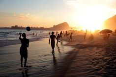 Top Orte in Rio de Janeiro zu besuchen - Copacabana Beach Rio, Copacabana Beach, Photos Bff, Beach Photos, Travel Photos, Funny Quotes Wallpaper, Hd Wallpaper, Funny Photo Captions, Hilarious Pictures, Photo Summer