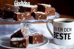 Happy Valentines! God morsdag! Deilighelg!  Trippel grunn til å lage seg deilige Brownies med valnøtter og vanilje! Den gode vaniljesmaken kommer av ekte vanilje i deigen og at browniesene drysses med vaniljesukker før servering. Dette blir fantastisk sammen med den mørke sjokoladen og valnøttene. Oppskriften er til liten langpanne.