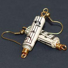 Diese Papier-Perlen-Ohrringe verfügen über Hand gerollt Papierperlen aus Jahrgang Noten und Gitarre Saite Kugel enden. Die Perlen sind auf Messing-Draht aufgefädelt. Die Papierperlen hängen nach unten 1 1/2 von der Antik-Messing-Ohrhaken. Diese Ohrringe sind gemacht, um zu bestellen, also