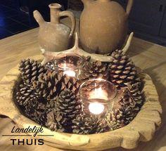 Robuuste, houten schaal met dennenappels en kaarsjes