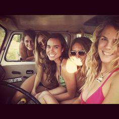 Commercial von SENSI Bikinis – das Video wurde im Winter (!!!) auf Maui mit diesen bezaubernden Strandbabes aufgenommen.