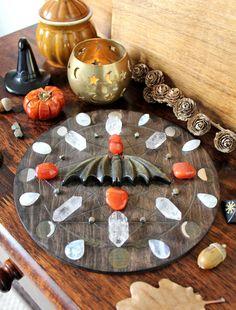 Samhain Ritual, Displaying Crystals, Meditation Rooms, Home Altar, Equinox, Crystal Grid, Moon Phases, Halloween Halloween, Autumn Fall