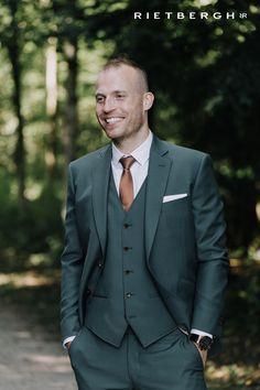 Green suit groen trouwpak Photo credit by: Duy Vu Dinh photography Wedding Men, Wedding Suits, Gothic Wedding, Wedding Attire, Green Suit Men, Green Wedding Suit, Suit Fashion, Mens Fashion, Men Formal