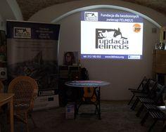 """Podczas wydarzenia opowiedzieliśmy o działaniach Fundacji, przedstawialiśmy w jaki sposób i na jakich płaszczyznach łamane są prawa zwierząt oraz co możemy robić w takich przypadkach (prezentacja """"Ja też chcę żyć""""). Obejrzeliśmy także film """" Przyjaciół się nie zjada"""". Film zrealizowała w 2013 r. Fundacja Czarna Owca Pana Kota, a opowiada on o sylwetkach osób i organizacji które na co dzień zajmują się pomocą zwierzętom oraz pro zwierzęcym aktywizmem.  Przeprowadziliśmy także konkurs """"Prawa…"""