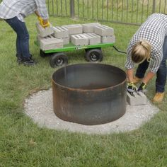 Get ready for months of outdoor entertaining around your own backyard fire pit. Build this easy DIY fire pit your whole family will enjoy for years to come. Backyard diy outdoor fireplaces DIY This Super Easy Fire Pit in a Weekend Backyard Patio Designs, Backyard Landscaping, Landscaping Ideas For Backyard, Pallet Patio Decks, Landscaping Around House, Small Backyard Design, Rock Garden Design, Backyard Layout, Backyard Garden Landscape