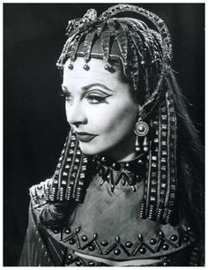Vivien Leigh on the stage production of Antony and Cleopatra, Hollywood Glamour, Classic Hollywood, Old Hollywood, Vivien Leigh, British Actresses, Actors & Actresses, Caesar And Cleopatra, Queen Cleopatra, Egyptian Queen