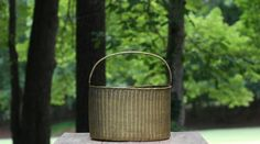 Large Vintage Woven Brass Basket with Handle / by theretrobeehive Seventies Fashion, Bronze Sculpture, Straw Bag, Basket, Brass, Etsy Shop, Beehive, Trending Outfits, Retro