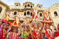 Mewar Festival  : Rajasthan, 22-24 mars 2015 - L'Udaipur vibre pendant les festivals, le festival de Mewar se déroule en mars et reçoit le printemps avec des repas, des sons, des danses. Les femmes vêtues d'habits de différentes couleurs et prennent des images des idoles et font circuler ces idoles dans toute la ville ensuite ils les amènent au lac Pichola pour les mettre dans le bateau afin que ça soit immergée et le bateau les amènera pour les immerger dans la profondeur de la rivière.