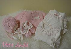 CUBREPAÑAL, CAPOTA Y PATUCOS DE BEBÉ COMBINADO CHAQUETA Y CAPOTA  DE PUNTO  Conjunto para bebé, con su chaqueta de punto, blusa,  patucos, el cubrepañal y la capota en tonos rosa bebé.  #capota #patucos #bebé #rosa #chaqueta #punto #blusa #cubrepañal #ropa #niña
