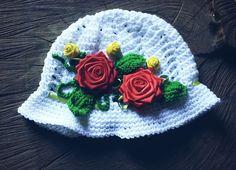 Chapéu confeccionado em.crochê em linha 100% algodão <br>Detalhes - Rosas de cetim e fitas <br>Cor - Branco ( as flores podem ser em.outras cores) <br>Tamanhos RN- 1 a 3 - 3 a 6 - 6 a 9 - 9 a 12 meses