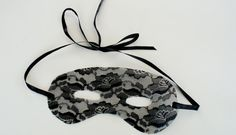 DIY lace halloween mask via Dismount Creative  Soo, guess who found her new favorite diy blog haha