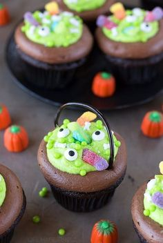 Witch's Cauldron Chocolate Cupcakes with Orange Scream Filling - Life Made Simple Moist and chocolatey witch's cauldron cupcakes topped with chocolate and vanilla frosting. Secretly stuffed with a homemade orange scream filling! Halloween Desserts, Hallowen Food, Cute Desserts, Halloween Treats, Spooky Halloween, Halloween Party, Halloween Cupcakes Decoration, Halloween Brownies, Halloween Cupcakes Easy