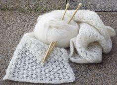 En fin, tunnare halsduk med spetsmönster. Perfekt till våren och sena sommarkvällar! Knitting Accessories, Garter Stitch, Knitted Shawls, Merino Wool Blanket, Mittens, Knit Crochet, Textiles, Crafts, Handmade