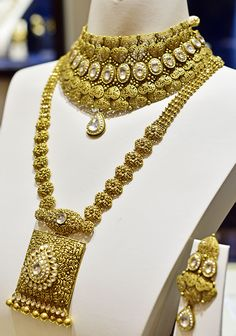 I recently visited the Tanishq store in South-Extension, New Delhi to discover their newly launched Rivaah Collection for the Indian brides. Antique Jewellery Designs, Gold Jewellery Design, Diamond Jewellery, Gold Jewelry, Stylish Jewelry, Fashion Jewelry, Gold Fashion, Fashion Necklace, Indian Fashion