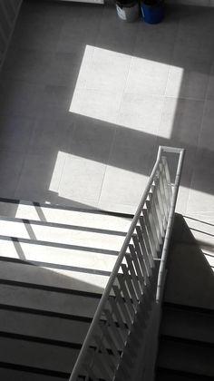 Vlak: Door zon dat schijnt door de raam ontstaat er een vlak op de grond.