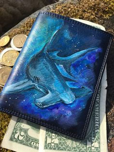 This is the Hammerhead shark hand painted wallet. This blue leather card holder with a wild animal art makes it unique. Length: cm in Height: cm in Credit card slots: 5 Compartments for bills: 2 Transparent window: 1 Slot for business cards: 5 Painted Bags, Hand Painted, Personalized Leather Wallet, Special Gifts For Her, Warmest Winter Gloves, Hammerhead Shark, Cute Wallets, Zodiac Art, Painting Leather