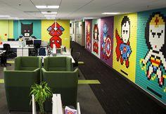 Designers criam mural de super-heróis em 8-bit usando 8.024 post-its;