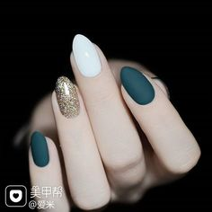 Elegant Green Matte Nail Designs Winter Autumn Fall Dark Green White Gold Powder Collision Nails Are you searching for winter nails trends? Don't miss the green matte nails, that are very elegant and perfect for winter. Green Nail Designs, Winter Nail Designs, Nail Art Designs, Nails Design, Pretty Nails, Fun Nails, Dark Green Nails, White Gold Nails, White Almond Nails