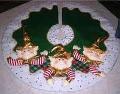 Resultado de imagen para pie de arbol de navidad elegantes Christmas Fabric, Felt Christmas, Homemade Christmas, Christmas Stockings, Christmas Crafts, Christmas Ornaments, Christmas Trees, Christmas Tree Accessories, Xmas Decorations