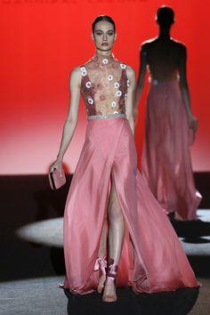 Vestido rosa para invitada. Detalle transparencias y estampado de flores. Diseño de Hannibal Laguna.