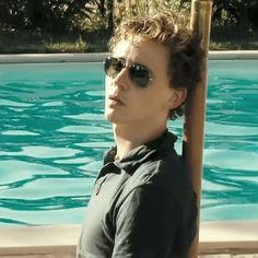 Tom as Oakley - Am I the only one who started laughing like crazy once that man came swiming through the scene!?!? Haha!