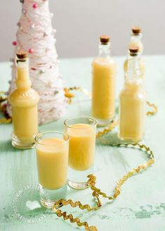 Ponche de Ron Recipe (Rum Eggnog): A rich, luscious drink with all the taste of Dominican rum, and the spirit of Christmas. Cocktail Drinks, Fun Drinks, Alcoholic Drinks, Beverages, Ponche Recipe, Coctails Recipes, Dessert Recipes, Eggnog Rezept, Ponche Navideno