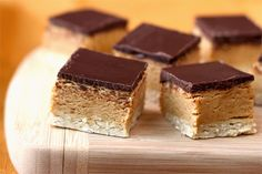 Do you like peanut butter on your chocolate or chocolate on your peanut butter? 🍫🥜😋 ⠀⠀⠀⠀⠀⠀⠀⠀⠀ Well, with today's recipe for Peanut Butter & Dark Chocolate Shortbread Protein Bars you don't have to decide! Peanut Butter Chocolate Bars, Peanut Butter Filling, Healthy Peanut Butter, Chocolate Topping, Chocolate Protein, Chocolate Extract, Chocolate Lasagna, Chocolate Treats, Chocolate Recipes
