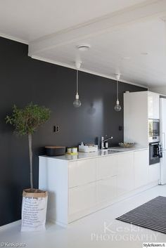 cuisine noire et blanche, mur noir, sol blanc, cuisine blanche intérieur Scandinave Kitchen Interior, New Kitchen, Interior Design Living Room, Modern Interior, Kitchen Dining, Kitchen Decor, Kitchen Black, Scandinavian Kitchen, Cuisines Design