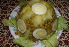 Kalafior 1 szt /średni Jajo kurze 3 szt. groszek konserwowy 1 puszka Żelatyna 3 łyzki rosół warzywny może być z kostki 2 szklanki Sok z cytryny do smaku  Wykonanie: Kalafior oczyścić i ugotować. Ugotować również jajka, obrać i pokroić w grubsze plastry. Żelatynę namoczyć w dwóch łyżkach zimnej wody i rozpuścić w gorącym rosole warzywnym z odrobiną soku z cytryny. Do wypłukanych miseczek wlać na dno trochę galarety, włożyć plastry jajka, obłożyć różyczkami kalafiora i groszkiem...