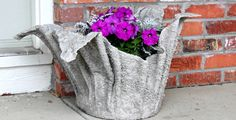 Z ručníku namočeného v betonu vznikne krásný stylový květináč, který zaujme každého hned poté co ho uvidí.