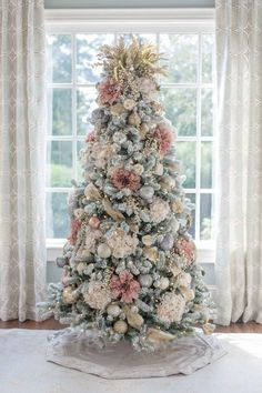 Pink and Gold Christmas Tree. A Christmas tree decorated with fake flowers. Rustic dried heather makes a unique Christmas tree topper and this King of Christmas flocked Christmas tree looks stunning. A non-traditional Christmas tree color! More how to dec Pink Christmas Tree Decorations, Christmas Tree Flowers, Elegant Christmas Trees, Traditional Christmas Tree, Christmas Tree Design, Colorful Christmas Tree, Noel Christmas, Rustic Christmas, Unique Christmas Tree Toppers