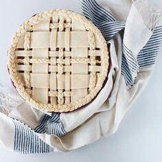 Plaid lattice pie crust with braids. No Bake Desserts, Just Desserts, Dessert Recipes, Fancy Desserts, Baking Desserts, Chandler Bing, Deco Cupcake, Comidas Light, Pie Crust Designs