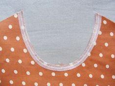 Cinta de fliselina aplicada en el escote para estabilizar la costura |Betsy Costura