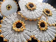 Lindo jogo de banheiro com flores Girassol  Feito com barbante cru e barroco amarelo  tapete da pia mede : 81 x 44  3 peças , tampa do vaso . tapete da pia e tapete do vaso