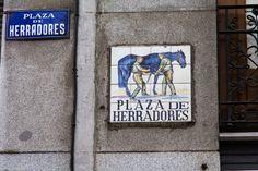 Lleva este nombre desde principios del siglo XVII porque, en medio de esta plaza se colocaban los bancos de los herradores,