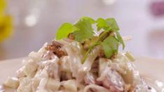 Salát waldorf Poprvé tento salát připravil vrchní číšník v roce 1893 v newyorského hotelu Waldorf. Hlavní přísadou je celer, vlašské ořechy a jablka. Jak na něj? Potato Salad, Cabbage, Grains, Sandwiches, Potatoes, Vegetables, Ethnic Recipes, Food, Essen