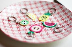 Porte clés réalisé à la main avec des perles hama.    Ces porte clés fruités seront parfait pour donner de la couleur et de l'originalité à vos trousseau de clés. Trop mignons !