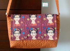 Bolsa em patchwork, confeccionada com tecido nacional. Quilt reto. Possui bolso interno e alça com botões de madeira decorativos. <br>Peça única.