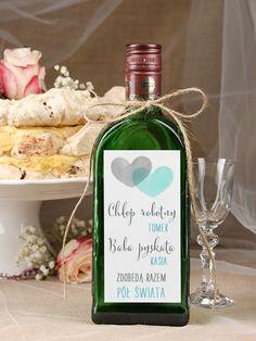 Pamiętacie może jak pisaliśmy o obciachowych etykietach na wódkę weselną? Dziś pora na pozytywne przykłady. Zawieszki na alkohol albo naklejki mogą być wspaniałą ozdobą każdego wesela i dobrze wpisywać się w motywem przewodni uroczystości. Cała sztuka polega na tym, żeby dobrać je właściwie. Zobaczcie, jakie ciekawe propozycje dla Was mamy! 1. Z wierszykiem [>>> klik]…