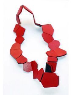 """Collana - Flora Vagi - Ungheria - Realizzata in legno, smalto, oro 18kt e seta - Esposta alla mostra """"Schmuck"""" - Vagi (Germania) - Marzo 2011"""