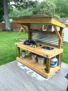 How to Make an Outdoor Kitchen Upcycled Pallet Outdoor Grill - Pallet Furniture Project Backyard Projects, Outdoor Projects, Backyard Patio, Diy Projects, Project Ideas, Backyard Kitchen, Outdoor Ideas, Summer Kitchen, Outdoor Bars